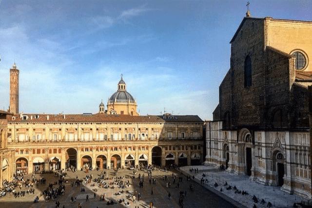 Acquisto antiquariato a Bologna - Piazza Maggiore