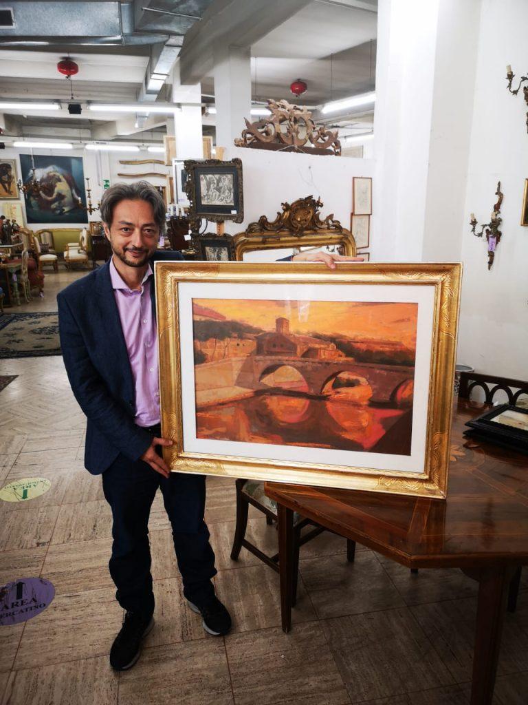 Gianluca Scribano con un quadro di Ugo Attardi